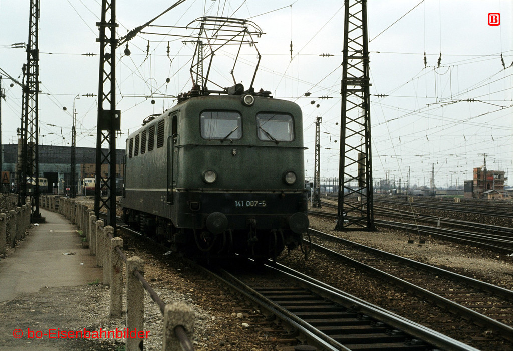 http://www.br141.de/bo-Eisenbahnbilder/data/media/2/03033_141_01A_21-b.jpg